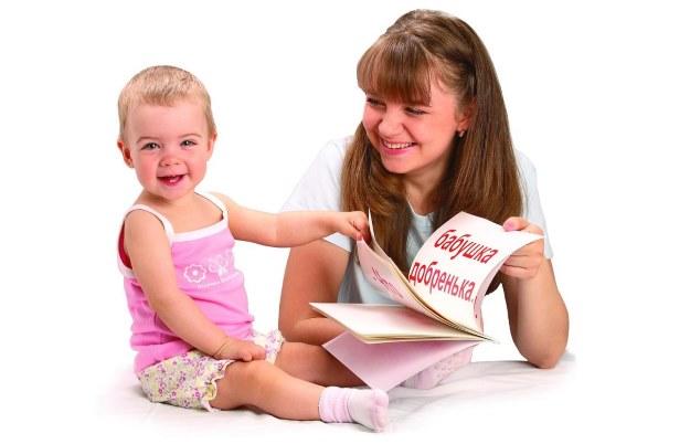 Мама с ребенком учит слова