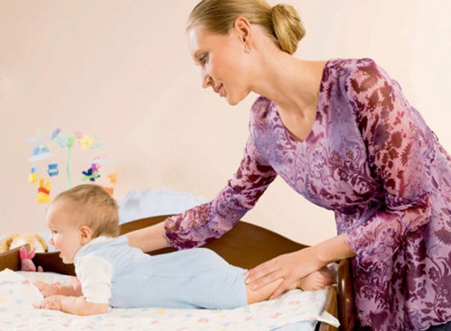 Когда дети начинают ползать, сидеть и вставать. Таблица норм по возрасту