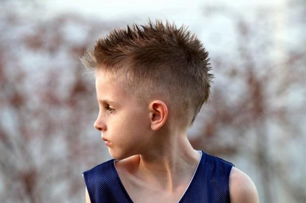 Модные стрижки для мальчиков 2020. Фото и названия причесок с выбритой полоской, полубокс, теннис, шапочка, андеркат, ирокез, шегги