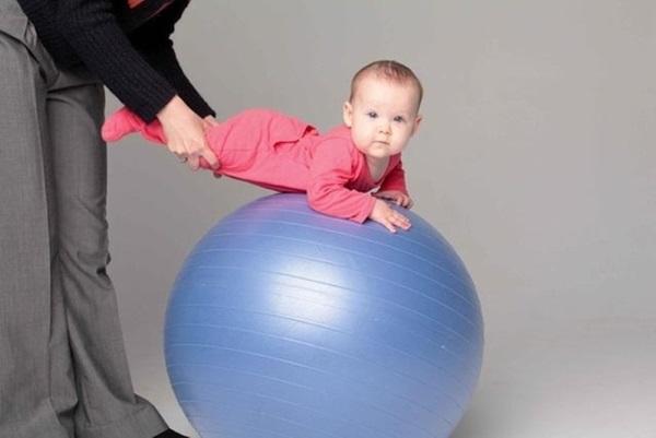 Занятия на фитболе для грудничков, детей до года. Упражнения при дисплазии, мышечной дистонии. Как выбрать мяч, советы Комаровского