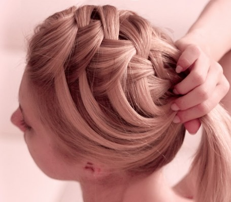французская коса с перекрещенными прядями