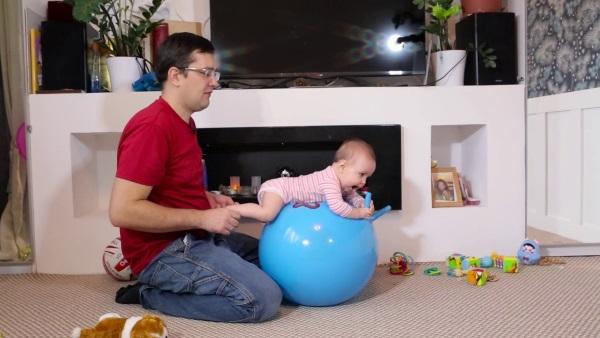 Массаж животика при коликах у новорожденного. Как правильно делать, гимнастику грудничку: техника, упражнения