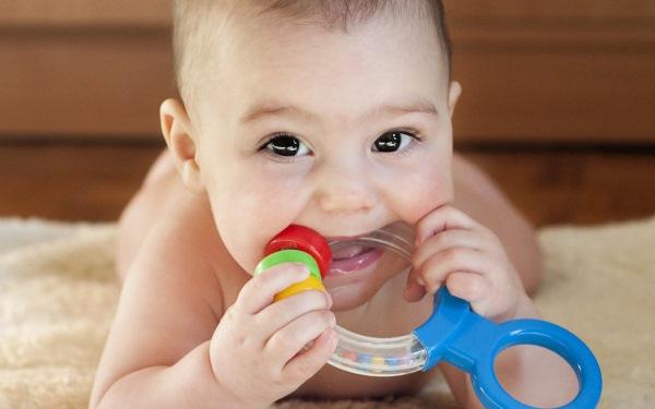 Прорезывание зубов у детей. Последовательность, сроки, симптомы, Как облегчить боль: обезболивающий гель, лекарства, народные средства