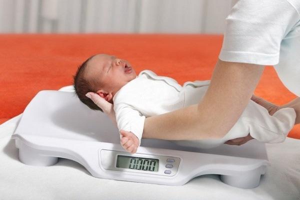 Норма веса новорожденного ребенка. Таблица по месяцам, как должен набирать, что делать, если не набирает