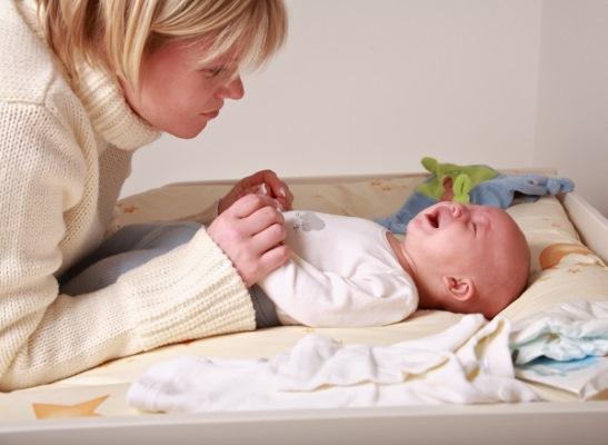 Жидкий стул у грудничка на грудном вскармливании, причины и лечение