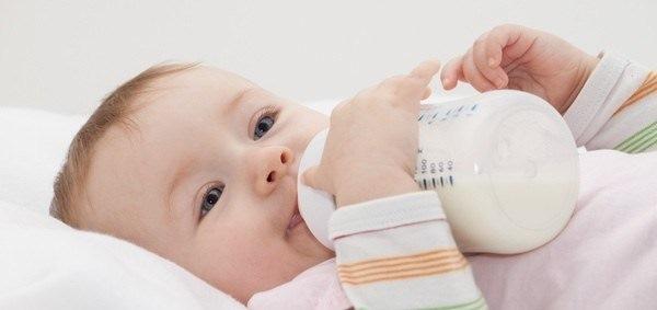 Аллергия у новорожденного пищевая при грудном вскармливании. Как выглядит на лице, ушах, теле. Лечение: капли, крема, мази