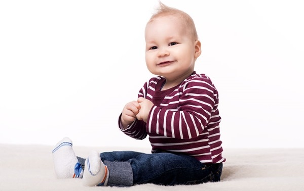 Когда ребенок начинает сидеть: во сколько мальчики, девочки, со скольки месяцев. Как научить ребенка сидеть. Упражнения, советы Комаровского, врачей