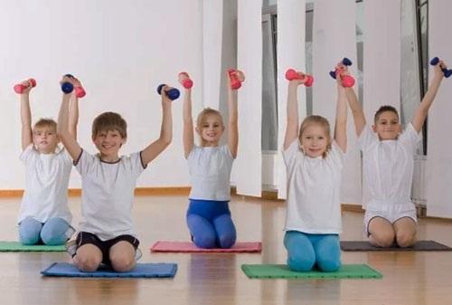 Общеразвивающие упражнения по физкультуре в детском саду, для дошкольников, школьников, студентов с мячом, гимнастической палкой, на месте