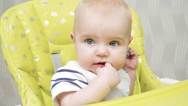 Почему ребенок срыгивает часто после кормления, фонтаном, свернувшимся молоком, водой, творожистой массой, много и постоянно