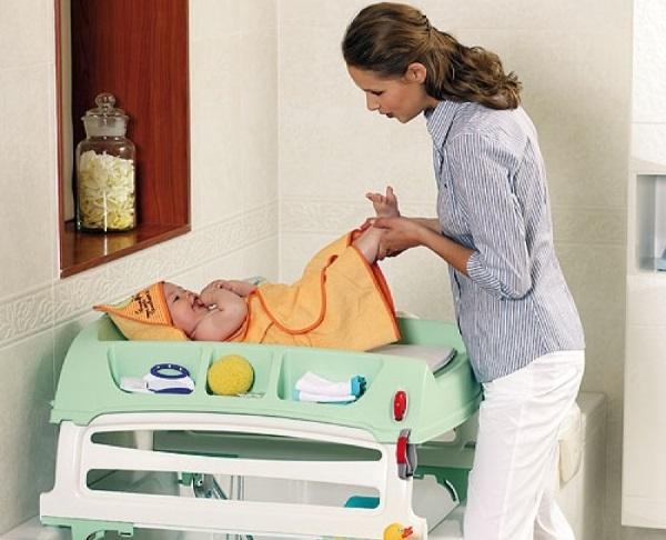 Во сколько ребенок сам переворачивается на живот со спины. Особенности развития новорожденного