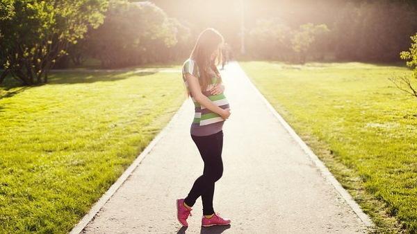 Болит живот при беременности на ранних сроках, во втором-третьем триместре. Причины, что делать