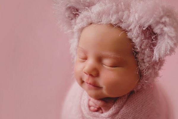 Фотосессии новорожденных мальчиков и девочек в роддоме, домашних условиях сразу после родов. Идеи, фото