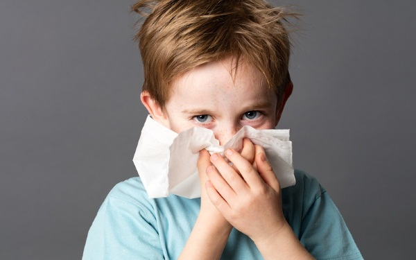 Как лечить насморк у ребенка 3 года. Народные средства, лекарства из аптеки