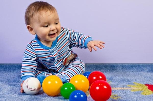 Что должен уметь ребенок в 8 месяцев. Таблица, нормы навыков, умений, рост, вес, как развивать