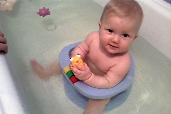 Как купать ребенка новорожденного, правильно в первый раз, в ванночке, как часто, травы